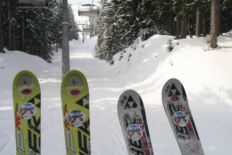 Facebook-Pickerl auf Skiern der Region Dachstein Salzkammergut