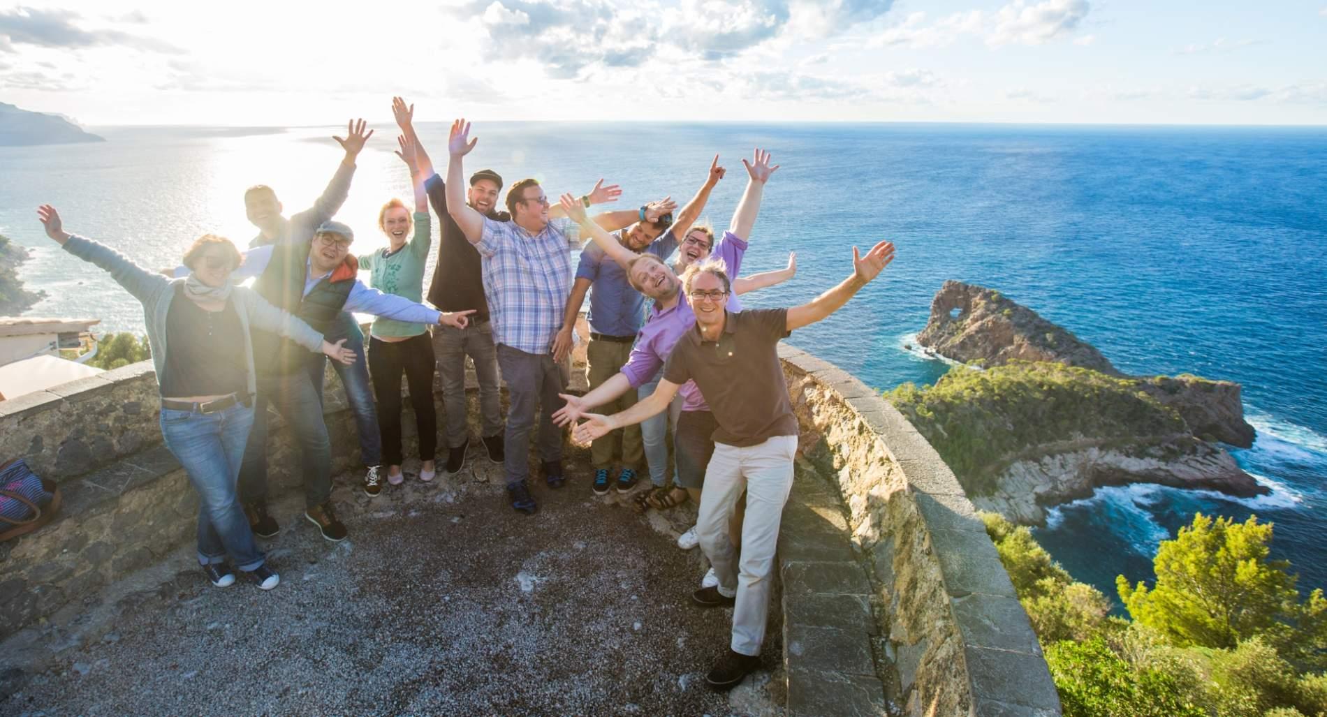 Tourismuszukunft Gruppenbild am Meer auf Mallorca